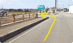 橋を渡りきったところで、すぐに左折します。