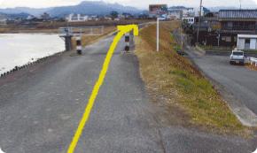黄色と黒の柱の間を通ります。